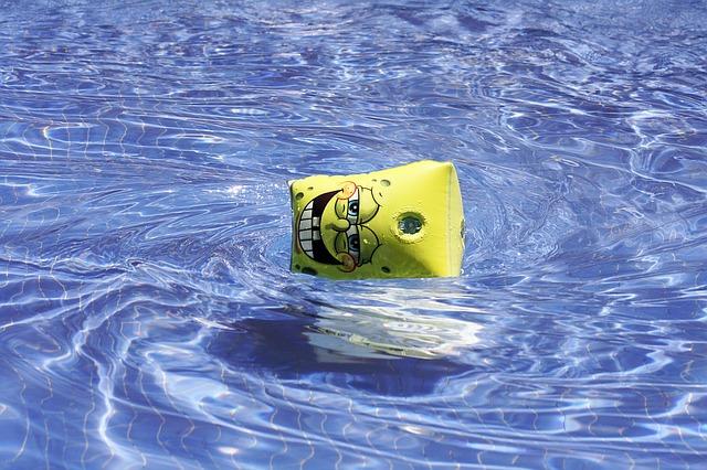 nafukovací rukávek v bazénu