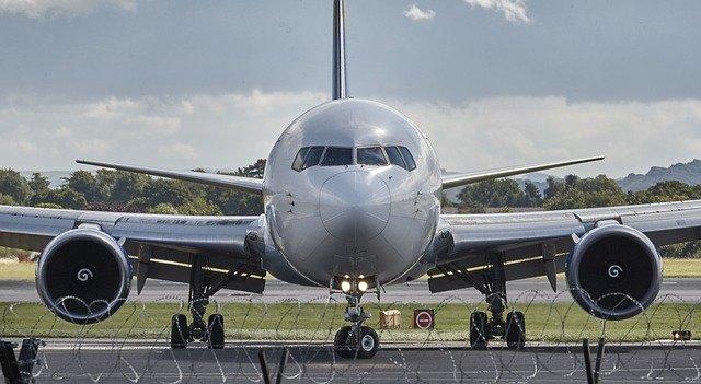 dopravní letadlo na ranveji