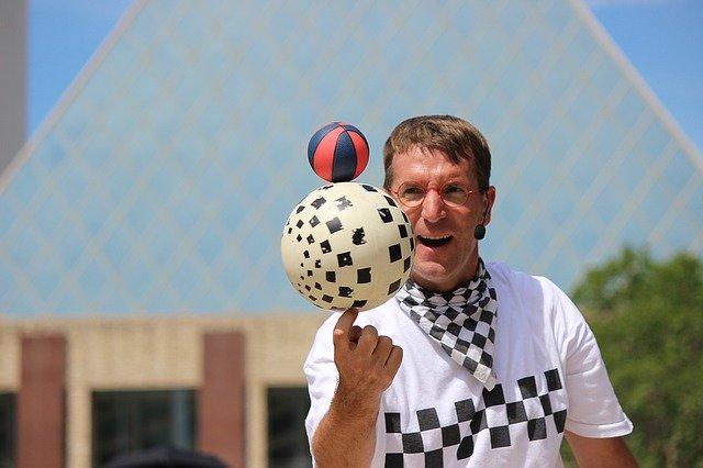 žonglér s míčky