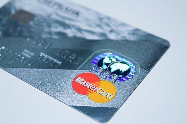 plastová karta na peníze