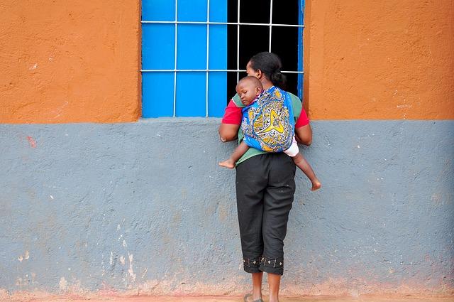 matka s dítětem v šátku