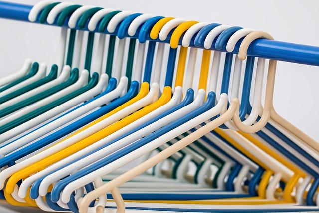 plastová ramínka na šaty