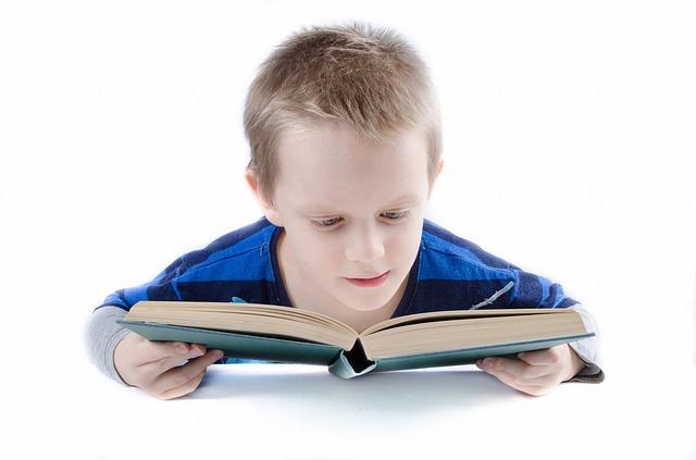 chlapec, který čte knihu