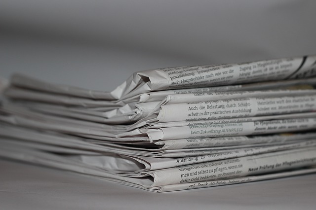 složený stoh novin