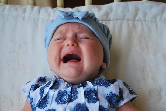 plačící holčička v postýlce