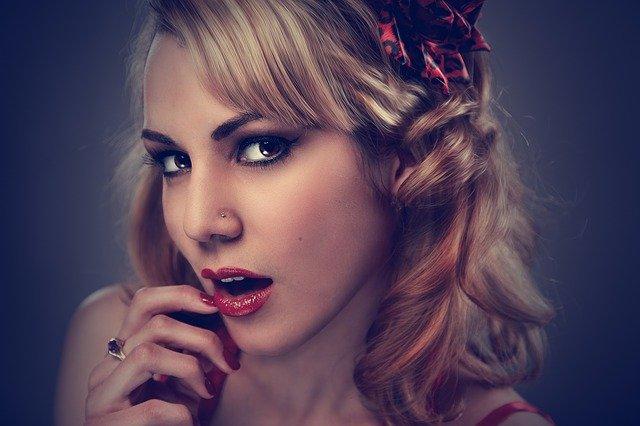 modelka portrét s výrazným makeupem
