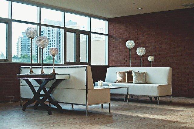 společenská místnost s módními lampami