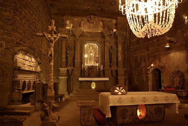 lustr nad oltářem