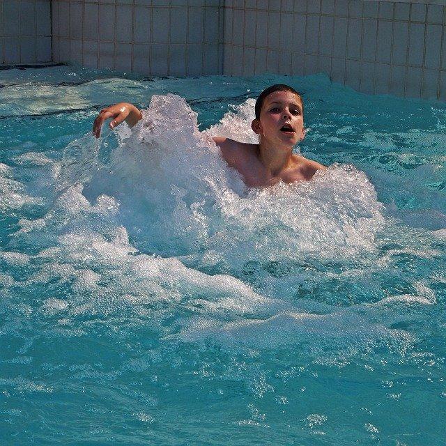 kluk v bazéně