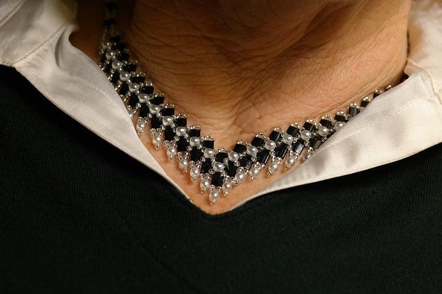 náhrdelník na krku