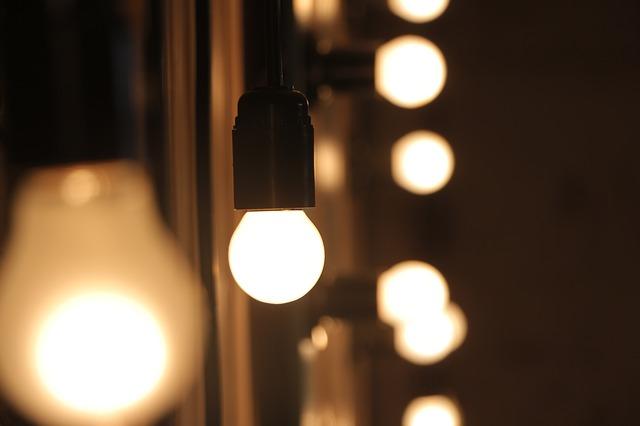 žárovky u zrcadla