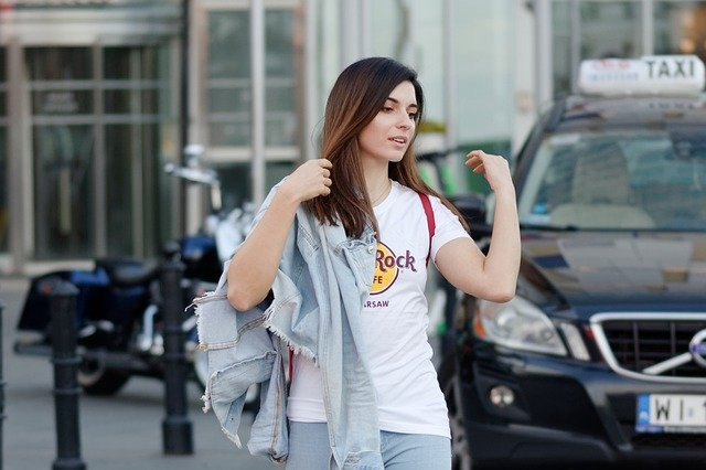 dívka s tričkem