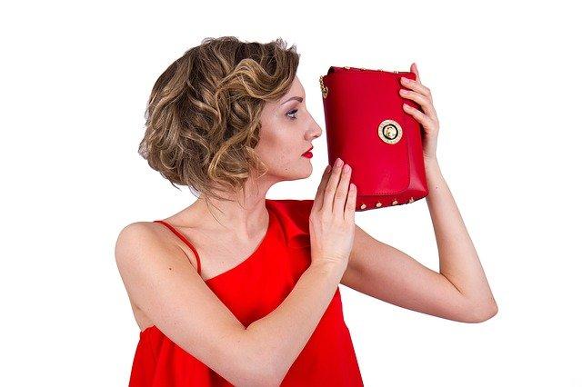 červeně sladěná tašky s šaty