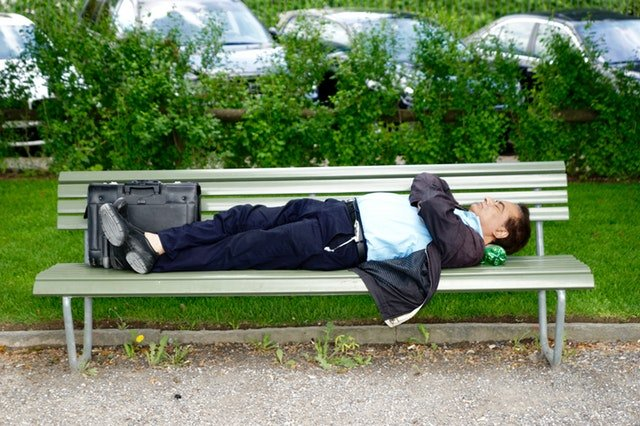 spánek na lavici