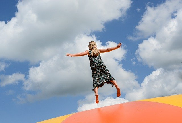 dívka skákající k obloze