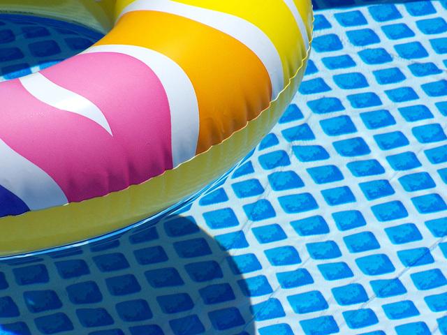 plovací kruh v bazénu