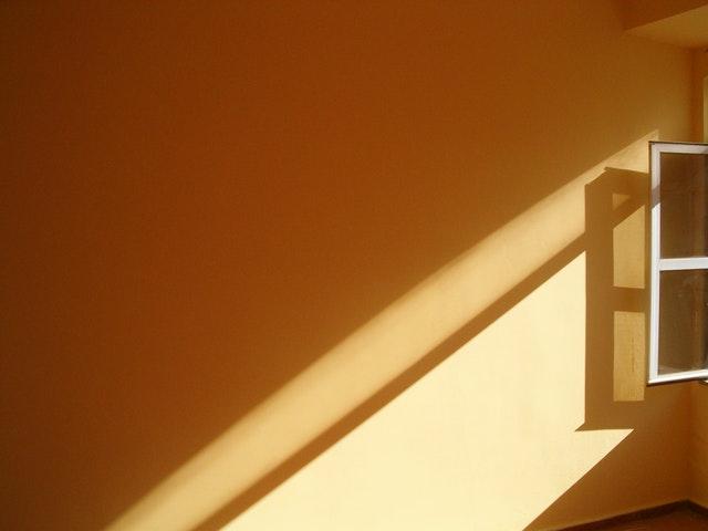 otevřené okno s denním světlem