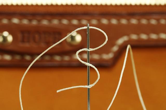 Detail ručního šití kůže