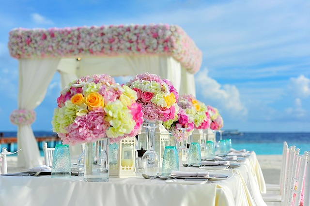 stůl pro svatební hostinu pod širým nebem