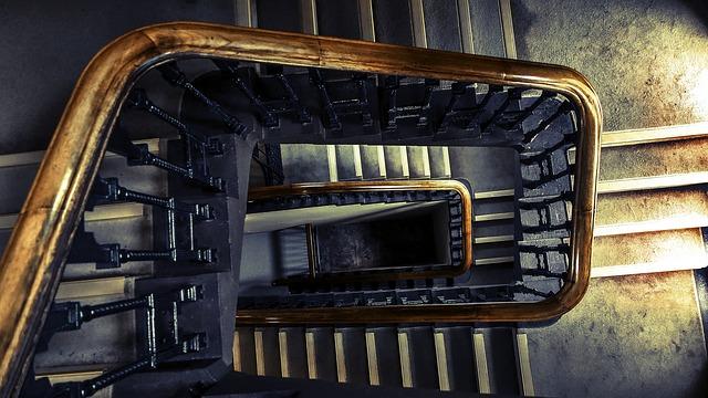 staré schodiště-pohled shora