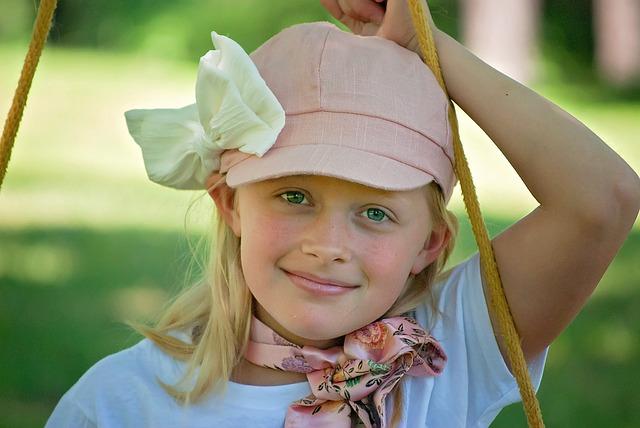 holka na houpačce