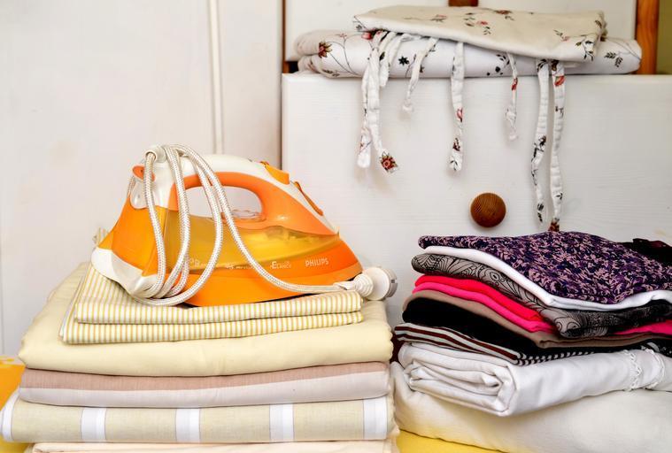 žehlička s prádlem
