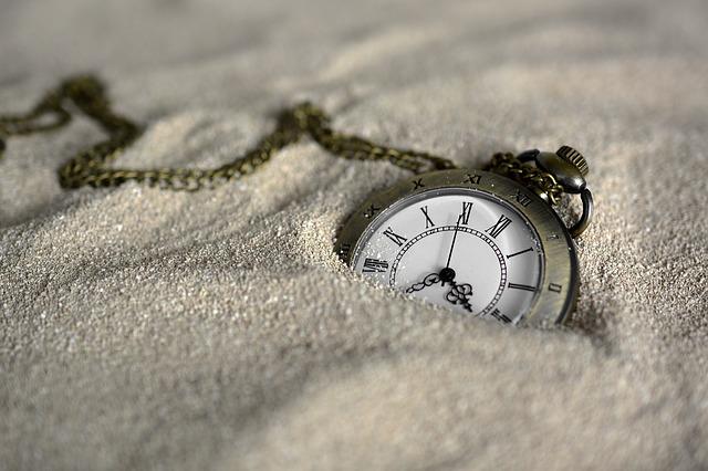 hodinky zahozené v písku