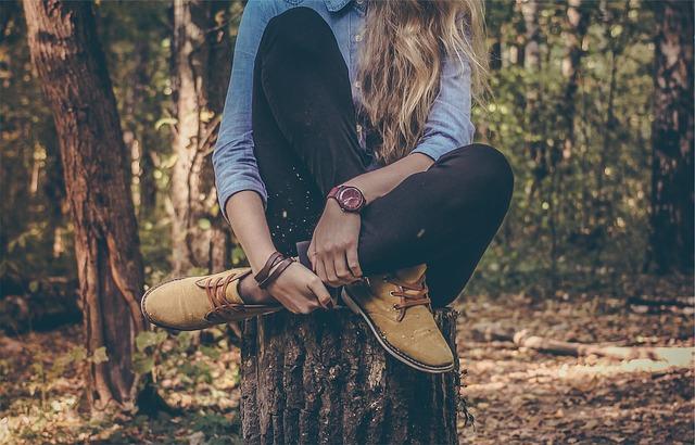 žena sedící v lese s hodinkami