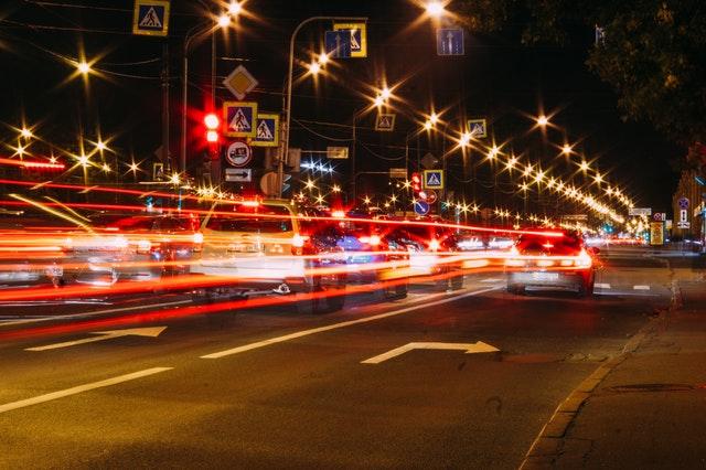 silnice ve městě, automobily