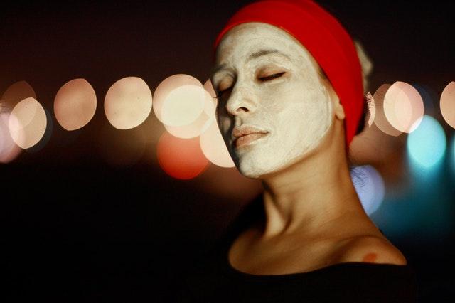 Žena s pleťovou maskou na tváři