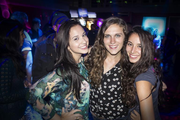 tři holky na párty, baví se a fotí někde v klubu