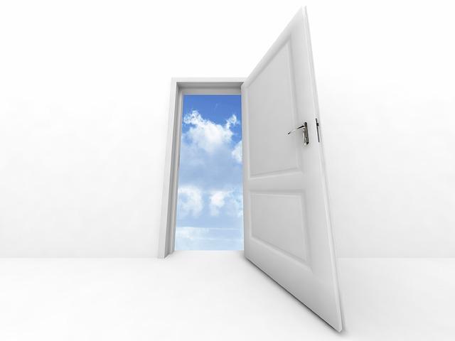otevřené bílé dveře, obloha