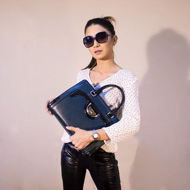 žena s luxusní kabelkou