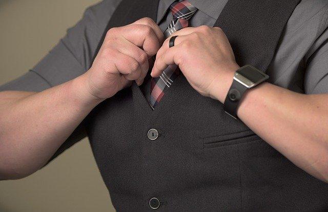 příklad krátké šedé košile v černé vestě