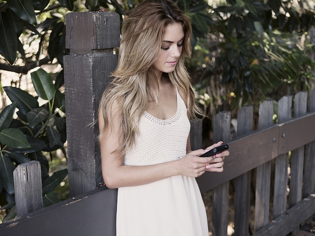 mladá dívka s mobilem v ruce