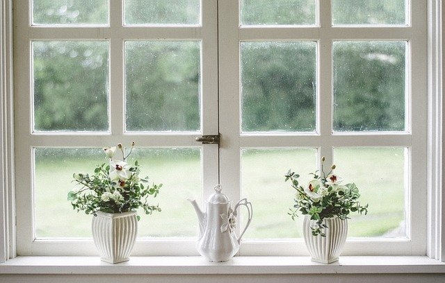 velké okno v kuchyni